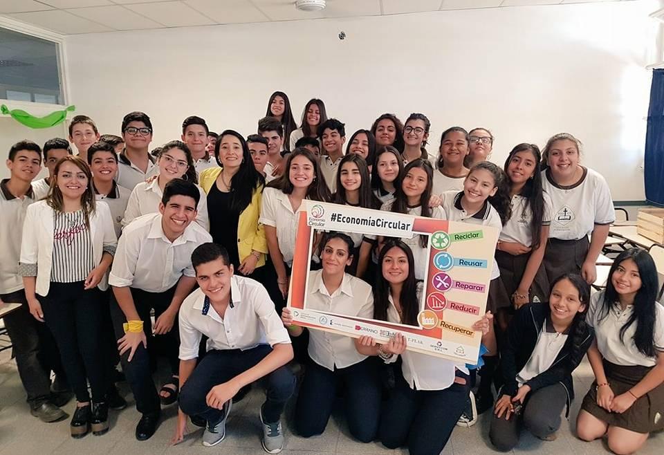 Exposición junto a alumnos de Colegio Pio XII
